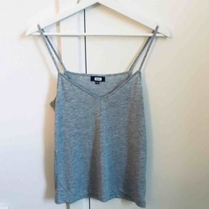 Grått linne från Bikbok, storlek XS. Sparsamt använd så i gott skick. Frakt ingår i priset ✨