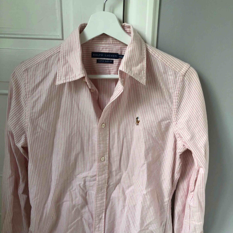 Stilren, snygg skjorta från Ralph Lauren i storlek 8 motsvarar en small/ mindre medium!  Nästintill helt oanvänd & kommer från ett rökfritt hem. Skjortor.