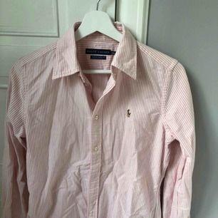 Stilren, snygg skjorta från Ralph Lauren i storlek 8 motsvarar en small/ mindre medium!  Nästintill helt oanvänd & kommer från ett rökfritt hem