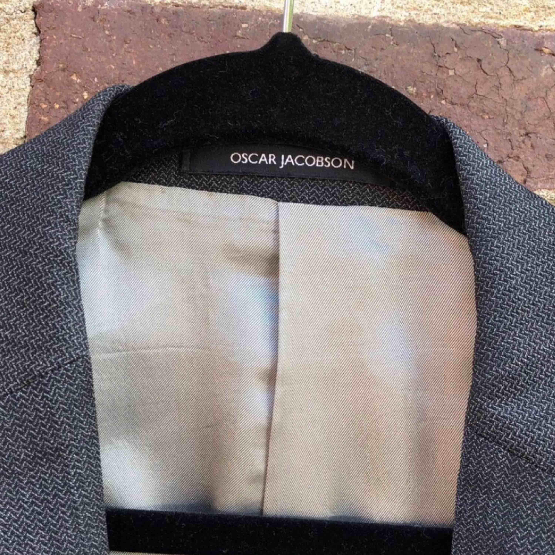 Jättesnygg kavaj från Oscar Jacobson!  Kommer inte till användning & säljs därför för ett billigt pris (nypris mellan ca 1500 :- / 2500 :- )  Jättebra skick & kommer från ett rökfritt hem. Kostymer.