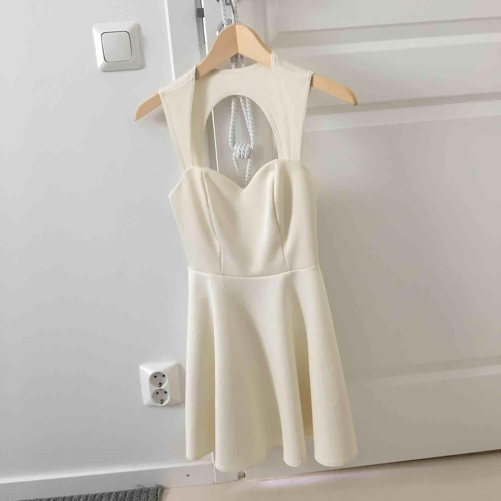 Klänning som är använd men mer att ge:) öppen rygg upptill. . Klänningar.