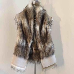 Väst ifrån Zara i konst mocka/päls, ljuvlig beige ✨snyggt över en passande jacka eller tjock stickad tröja. Knäpps med 3 hakar