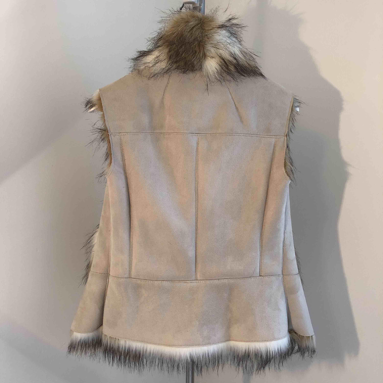 Väst ifrån Zara i konst mocka/päls, ljuvlig beige ✨snyggt över en passande jacka eller tjock stickad tröja. Knäpps med 3 hakar. Jackor.