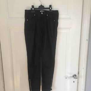H&M  Svarta jeans i strl 25