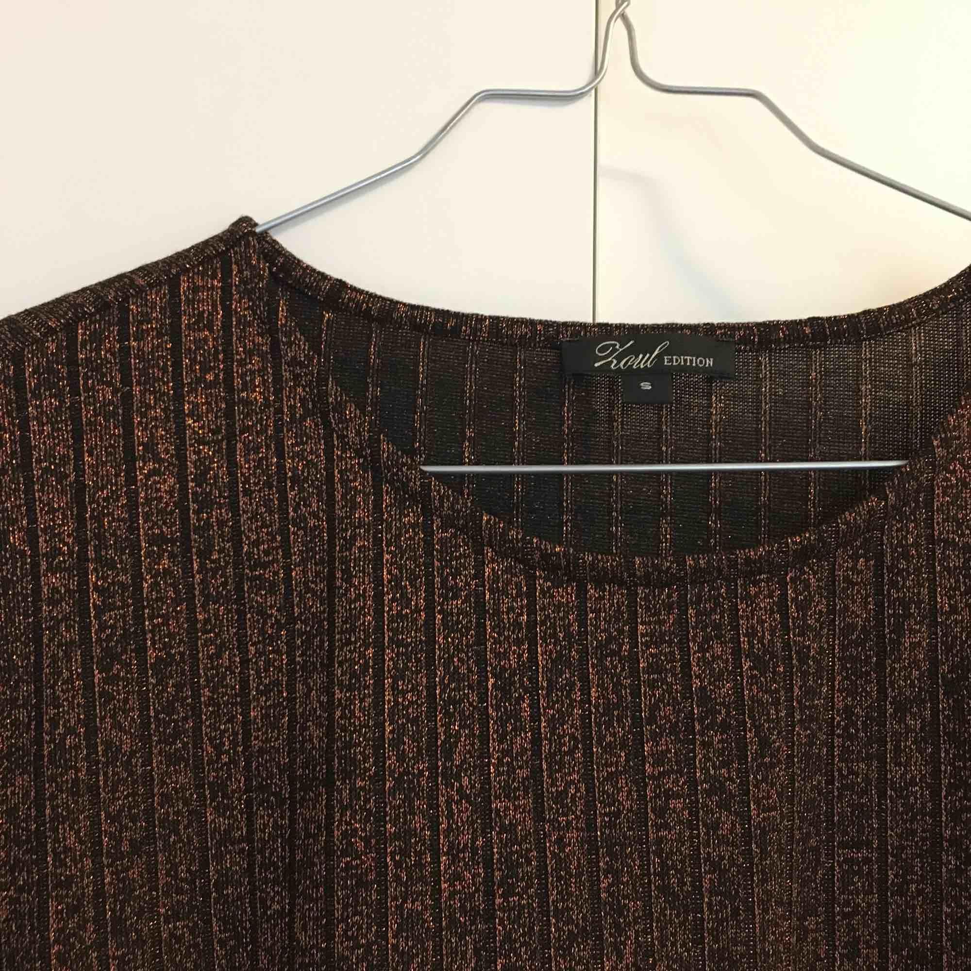 Löst sittande glittrig klänning knappt använd. Material:  61% polyester, 26% viskos, 10% metalliserad fiber, 3% elastan 🍁 Kan mötas upp i Sthlm eller skicka, priset är exkl frakt 🍁. Klänningar.