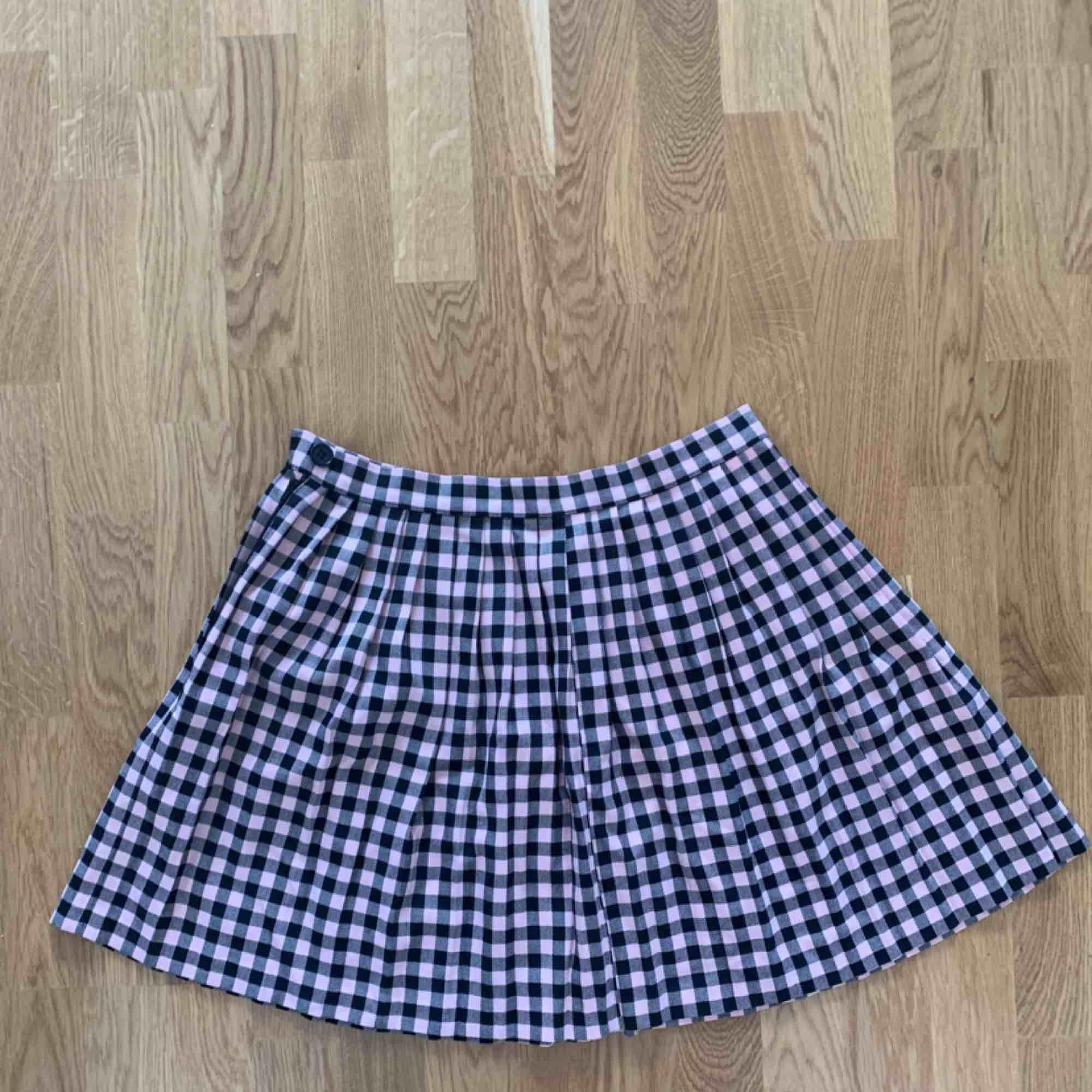 Snygg kort kjol från monki, använd en gång! . Kjolar.