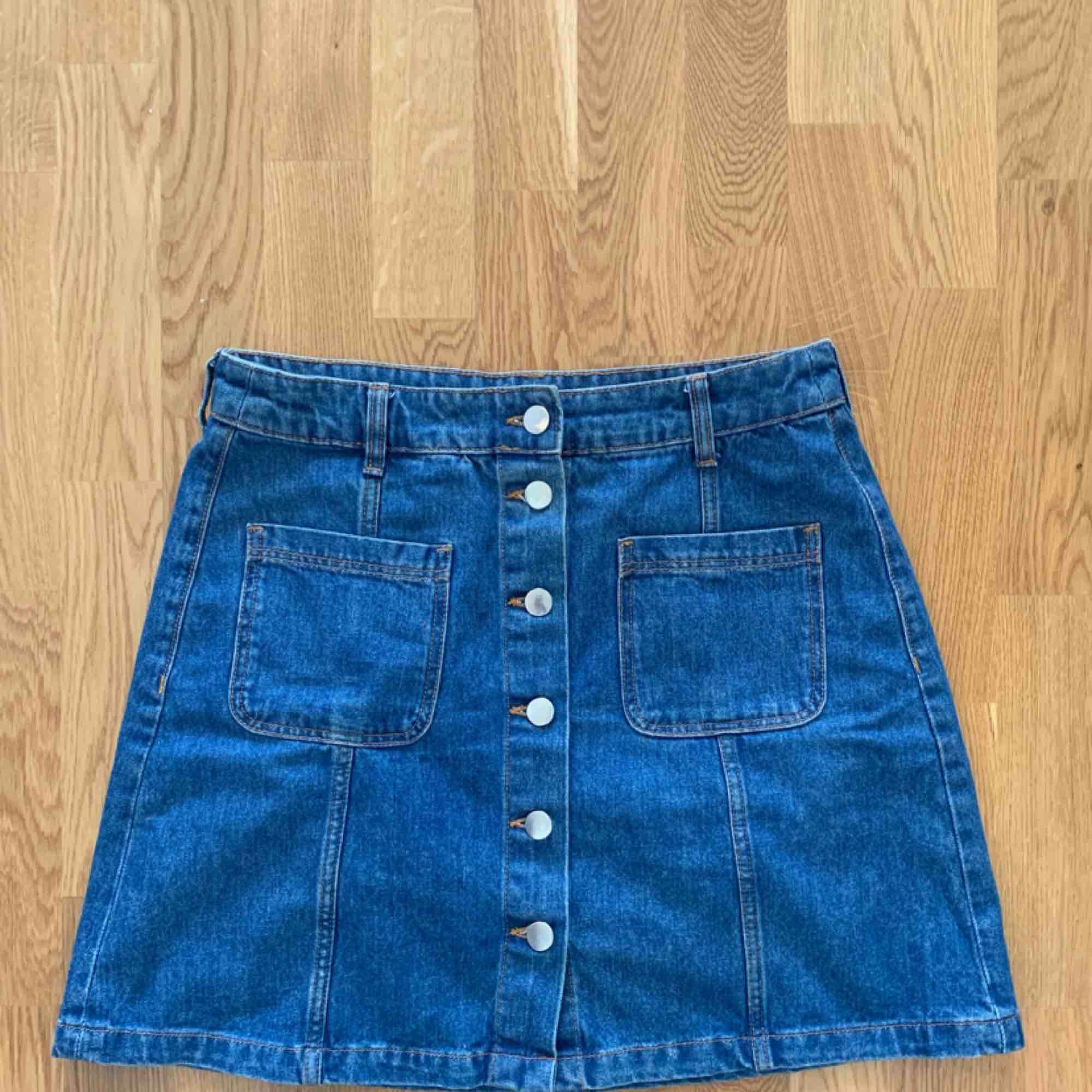 A-linjeformad jeanskjol från hm, använd men gott skick! Passar alla! . Kjolar.