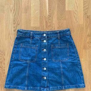 A-linjeformad jeanskjol från hm, använd men gott skick! Passar alla!