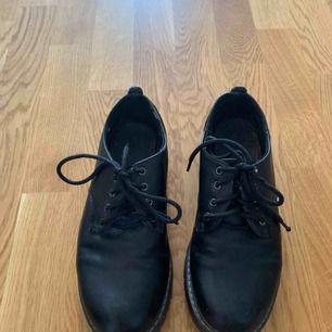 Fina skor som passar perfekt i höst! Använda men gott skick, snörena kan behöva bytas ut :)