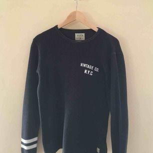 En mörkblå stickad tröja från Jack & Jones  Inköpspris: 600kr Mitt pris: 250kr