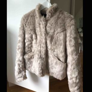 Pälsjacka från only i storlek M men passar även S. Jättefin!! ALDRIG använd! Silver/beige