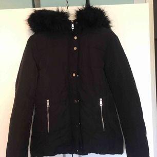 Fin svart jacka från hm. Storlek 38. Köparen står för frakten.