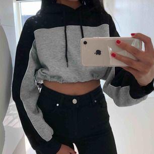 """Skitsnygg croppad hoodie som man kan """"justera"""" med ett typ """"snöre"""" väldigt mjukt i materialet. Passar xs/s Köparen står för frakten!"""