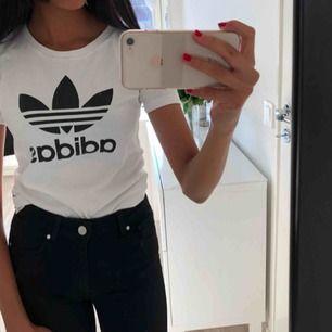 Adidas t-shirt (äkta), använd ett fåtal gånger Köparen står för frakt!