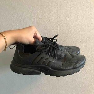 Svarta Nike Presto i fint skick! Passar även för dom som har storlek 38, frakt 90kr