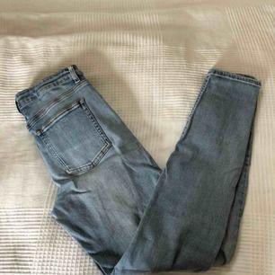 Ljusa blåa Acne Studio jeans, knappt använda. Använder inte längre för att dem är för små för mig. Köpta för 1100kr:)