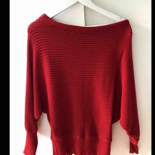 Jättefin röd Off the shoulder stickad tröja från NA-KD! Väldigt bekväm och sparsamt använd!! Storlek S men något oversize 😊 köparen står för ev fraktkostnad