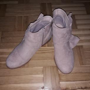 En jätte fin par skor ljus rosa  för 299 kr säljer den för 220 kr men tyvär är små för mig ❤  Köparen betalar frakt :)