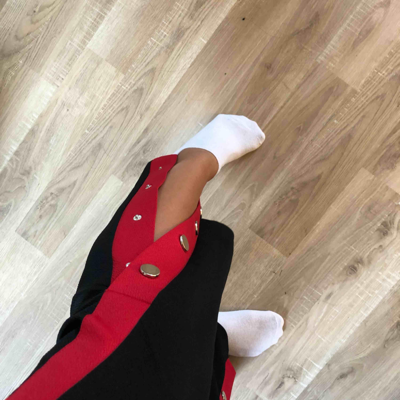 Säljer nu mitt favorit par byxor ifrån Gina tricot🌸 Jag har tagit bra hand om dem och därmed är de fortfarande i ett toppen skick. Frakt ingår även i priset❤️. Jeans & Byxor.