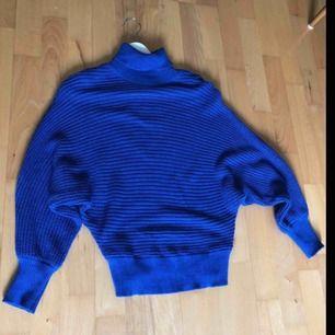Stickad polo tröja från NA-KD i härlig blå färg! Nästan aldrig använd! Storlek S men något oversized. Väldigt bekväm 😊 köparen står för ev fraktkostnad