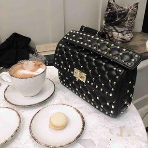 Fantastisk a-kopia av den typiska Valentino väskan.
