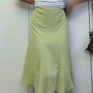 Väldigt fin grön kjol, men säljes pga för stor! Puss puss köp!