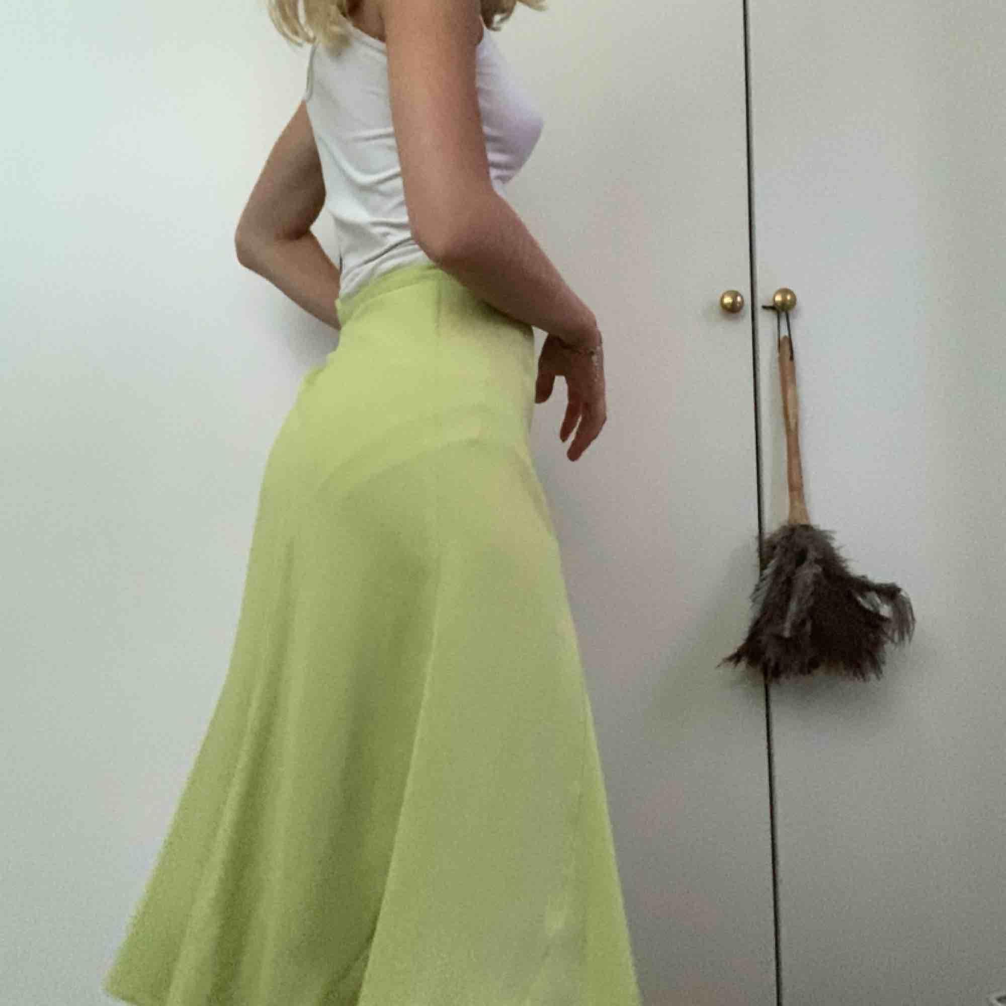 Väldigt fin grön kjol, men säljes pga för stor! Puss puss köp!. Kjolar.