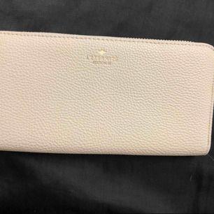 Vit plånbok helt ny köpt från H&M jag kan skicka den om köparen står för frakten.