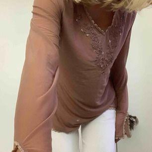 Snyggaste genomskinliga tröjan! Köpt utomlands Lennart ej bomärket, möts helst upp i stockholm! Köp!