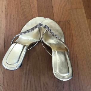 Snygga fest skor i guld  med strass . Klack ca 5 cm// str 6= 36. Fint skick // frakt 63kr spårbart.