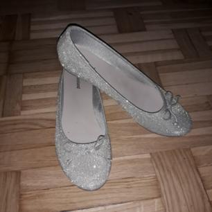 Ett par glittriga ballerina skor köp de för 369 kr men säljer de för 250 kr. Hadde de ett bar gånger.❤ Köparen betalar frakt.