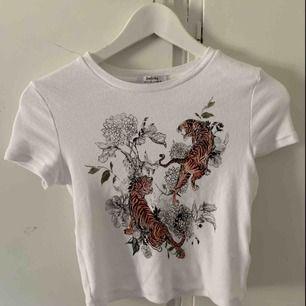 T-shirt från asos. Aldrig använd och säljs pågrund av för liten. Köparen står för frakten🌻
