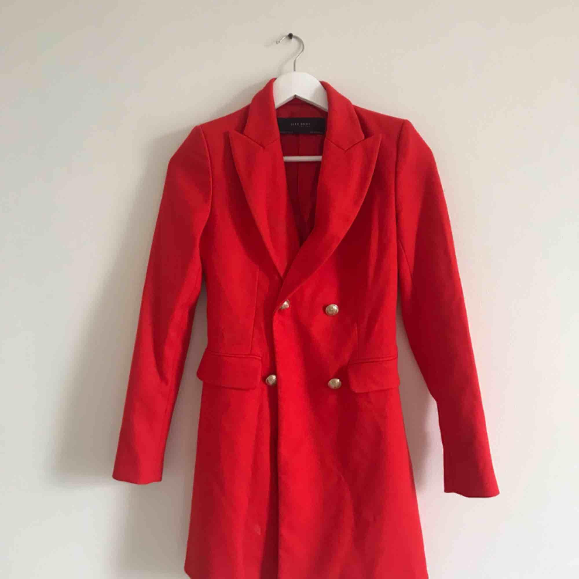 Röd drömmig kappa, helt oanvänd då jag köpte den förra året men inte kan ha den iår! Söker nytt hem ❤️   . Jackor.