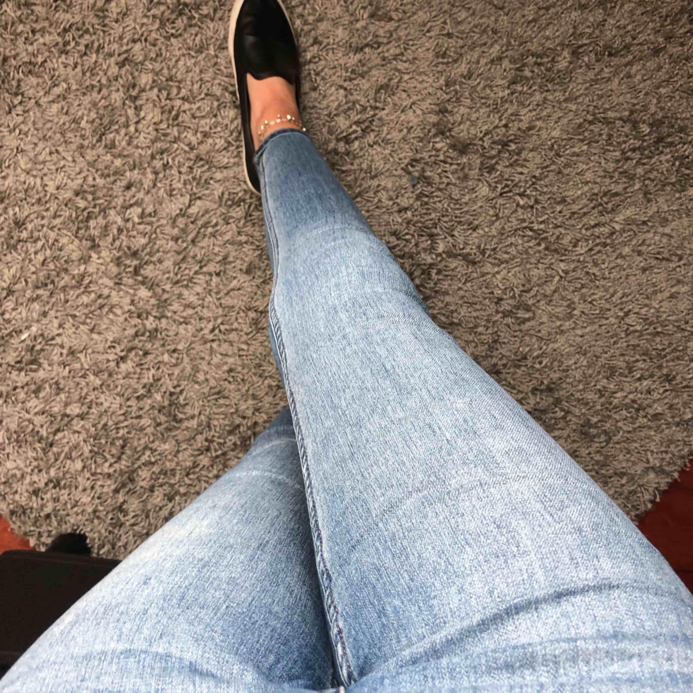 Högmidjade jeans som sitter tight!. Jeans & Byxor.