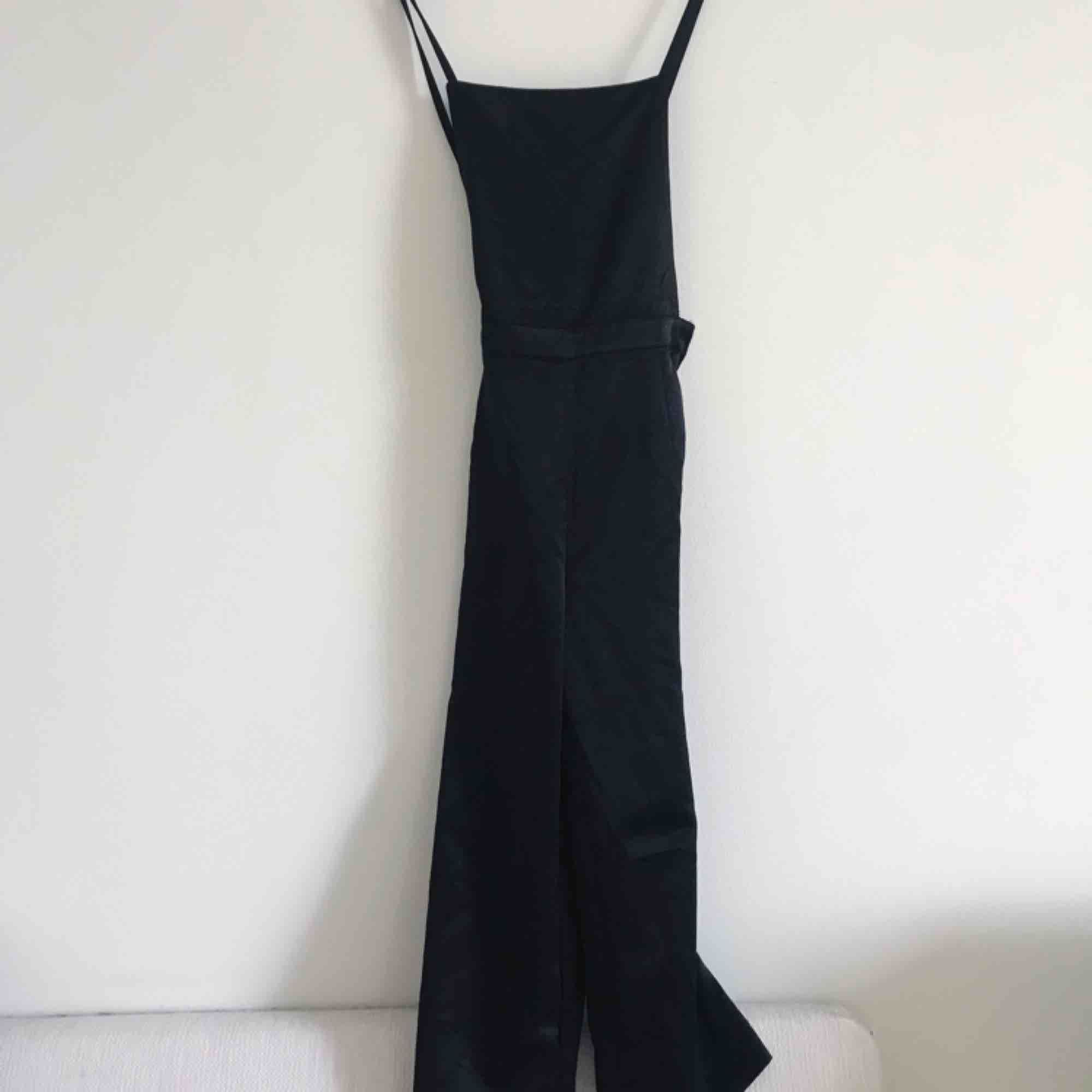 Svart jumpsuit 🖤 tyvärr för liten så kan inte visa bild på! Köpare står för frakt . Jeans & Byxor.