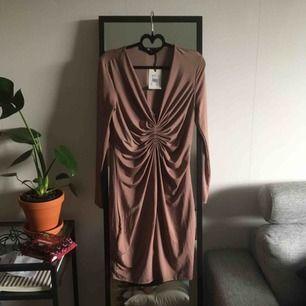 Supersnygg och smickrande klänning från bikbok! Prislapp kvar och endast testad. Frakt 50kr✨