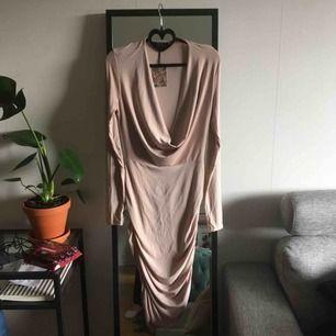 Tajt beige klänning med smickrande urringning. Prislapp kvar! Sitter som en 38-40 (men stretchig så funkar för 42 skulle jag säga) 50kr frakt!✨