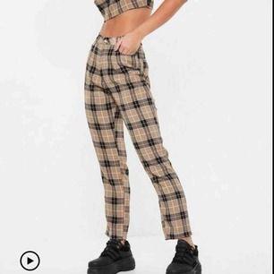 Oanvända snygga rutiga byxor i en nude färg från Missguided!! Älskar dom men måste sälja :(
