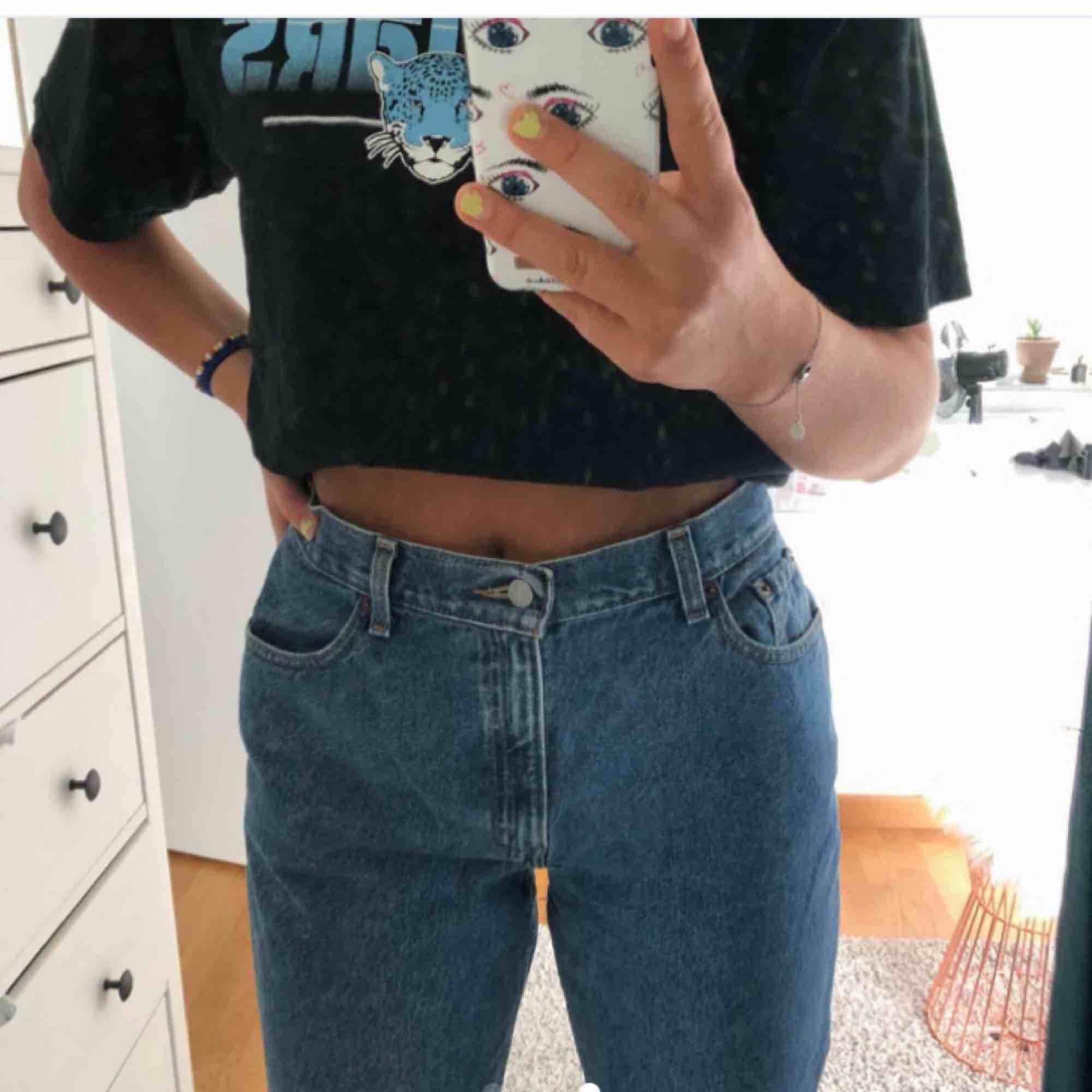 Super trendiga Levis jeans i storlek M, men passar S ifall man vill ha dem lite mer baggy, köpt för 1000kr och är endast testade, säljer för att byxorna va lite för stora i midjan!🥰🥰🥰(frakt ingår, men kan sänkas om det är så!). Jeans & Byxor.