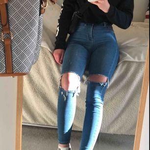 Skinny high waist-jeans i modellen Molly från Gina Tricot. Säljs pga. för små och har använts sparsamt. Längden passar bra på mig som är 160. Priset kan diskuteras :)