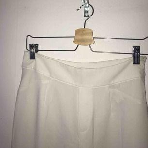 Vita kostymbyxor i något kortare modell och silkigt material. Köpta från Bershka. Storlek 38