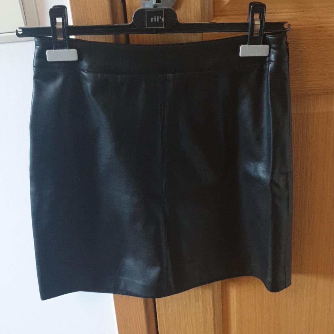 Faux läder kjol från Gina, har stl 36 men 3  som en 36.. Kjolar.