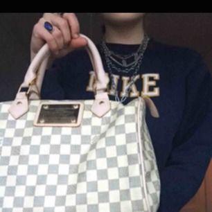 Säljer min Luis Vuitton väska:) jag tror inte att den är äkta men det är iallafall en väldigt väldigt fin kopia. Säljer den då jag känner att den inte används längre, några slitage där av priset. Priset kan diskuteras!