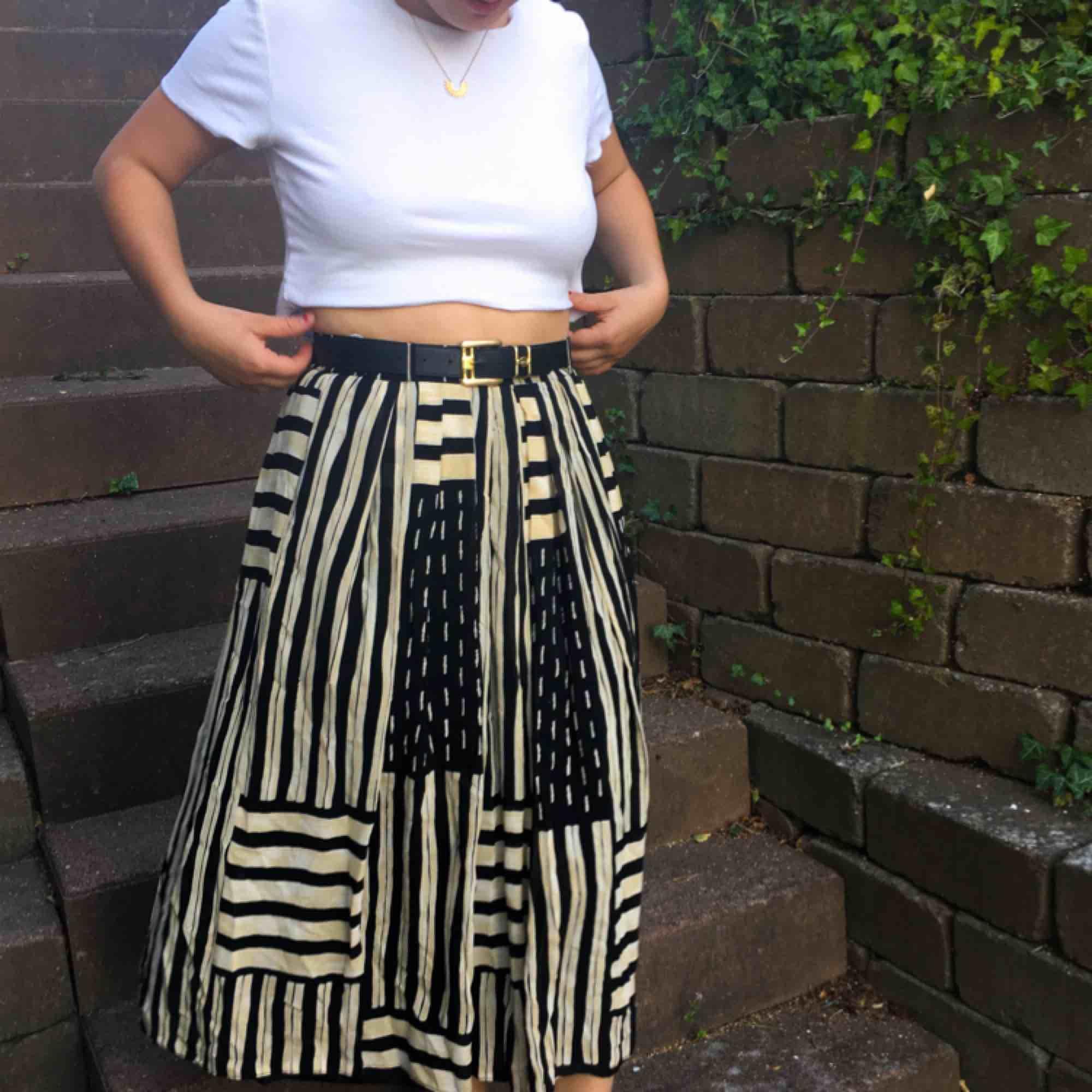 Snyggt med o utan skärp! Fin kjol men använder aldrig den bara :( köpt på en fin second hand. Kjolen är mycket bra kvalité, dubbel tyg o allt.. Kjolar.