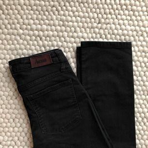 Svarta Acne-jeans i storlek 27/32. Uppsydda i butik, så skulle säga att dom är 27/32.