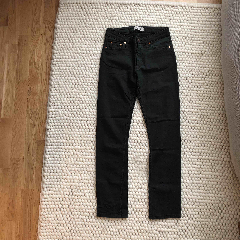 Svarta Acne-jeans i storlek 27/32. Uppsydda i butik, så skulle säga att dom är 27/32. . Jeans & Byxor.