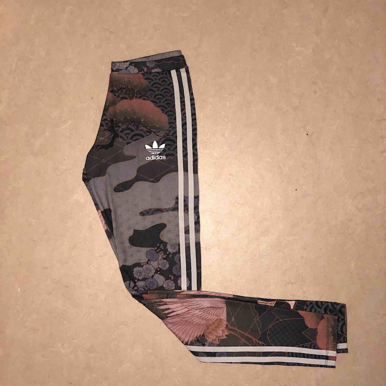 Ett par mönstriga adidas leggings från Rita Ora kollektionen. Använd ca 2-3 gånger. Strl XS 100 kr. Jeans & Byxor.