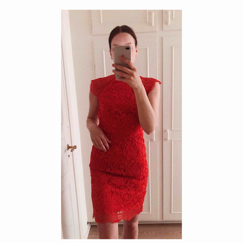 Fodralklänning i röd spets från Chi Chi London köpt på ASOS. Använd vid ett tillfälle. Nypris 880 kr. OBS! Reva i slitsen bak, där slitsen egentligen ska sluta är markerat med säkerhetsnål på bilden.. Klänningar.
