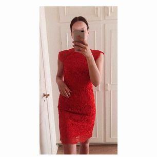 Fodralklänning i röd spets från Chi Chi London köpt på ASOS. Använd vid ett tillfälle. Nypris 880 kr. OBS! Reva i slitsen bak, där slitsen egentligen ska sluta är markerat med säkerhetsnål på bilden.