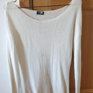 Stickad tröja från J&C, rätt lång. Har 1 fläck, går att tvätta bort eller croppa den...